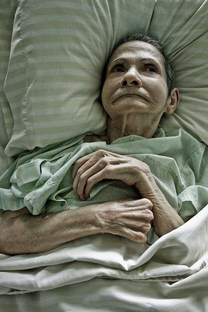 Alte Frau im Bett