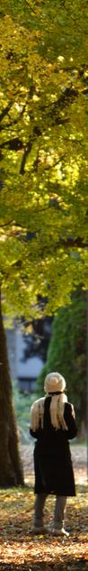 Frau vor Ginkgo Baum